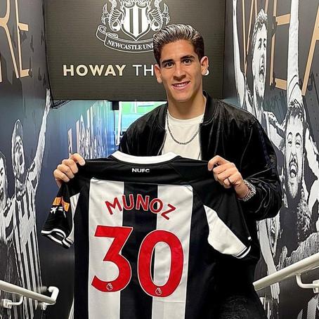 Santiago Muñoz presume el dorsal que utilizará con el Newcastle