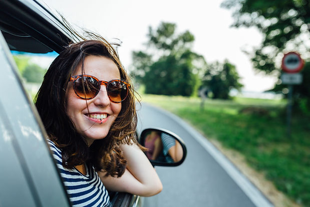 Ubezpieczenie samochodu Kraków - kobieta wyglądająca z samochodu