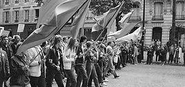 vignette_MichelBaron-Mai68-drapeaux roug