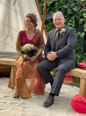 Bruiloft Danielle en Rene op bankje.jpg