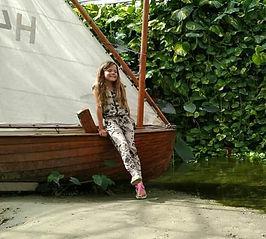 foto van Patricia Walda bij de boot.jpg