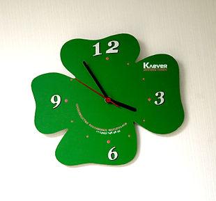 часы с фирменным логотипом