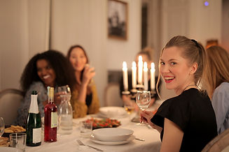 women-having-dinner-3937644.jpg