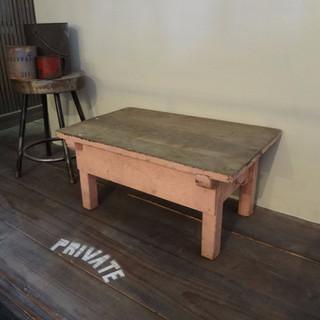 昔の小学校の木製デスク
