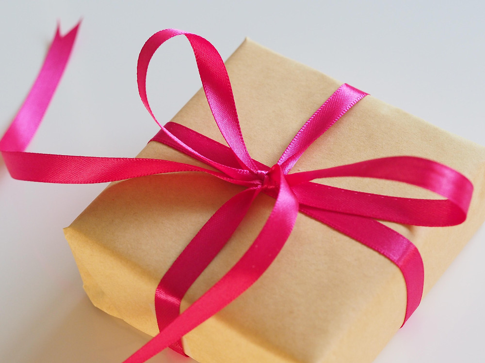 Kotak hadiah berwarna coklat