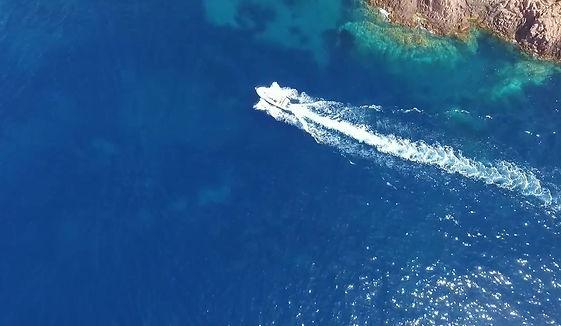 paysage en mer autour de frejus avec le golfe de saint tropez, saint raphael, la corniche d'or, le massif de l'esterel, le cap taillat