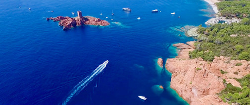 Île d'or le long du massif de l'Estérel en Méditerranée