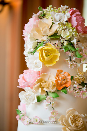 Top wedding photographers Little Blue Lemon captures incredible floral detail on 9 tier wedding cake, edible art