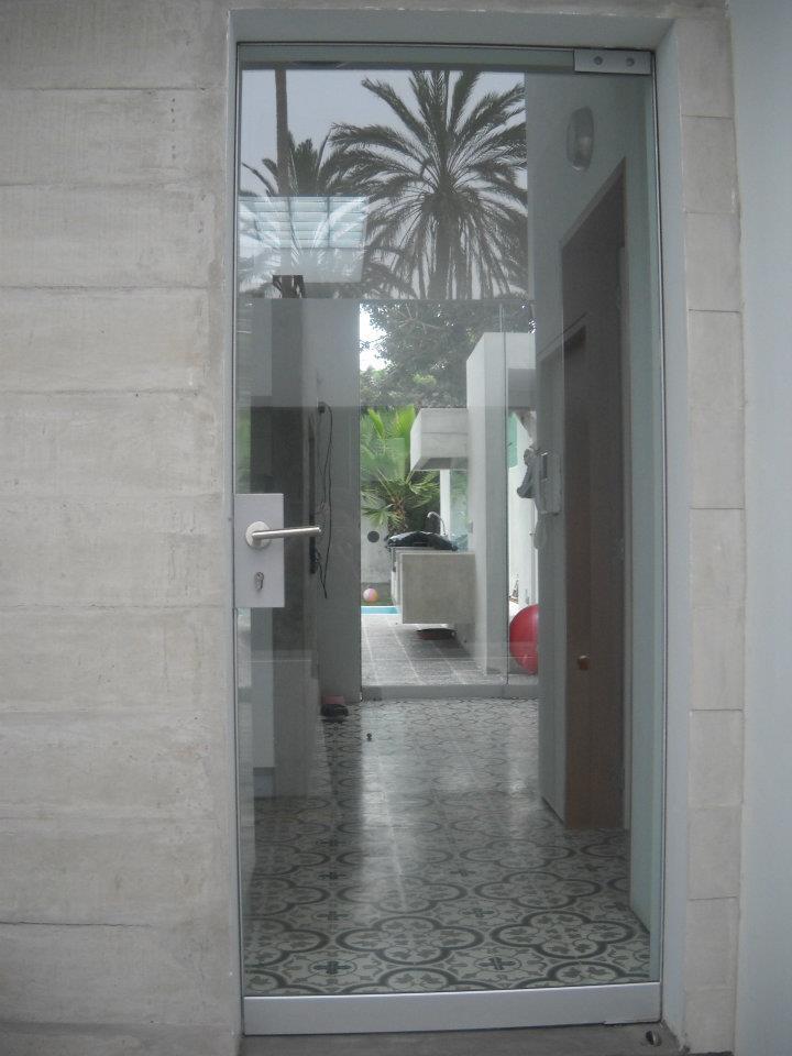 Puertas batiente de vidrio templado.