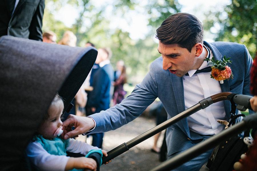 Der Bräutigam und ein Kind auf der Hochzeit