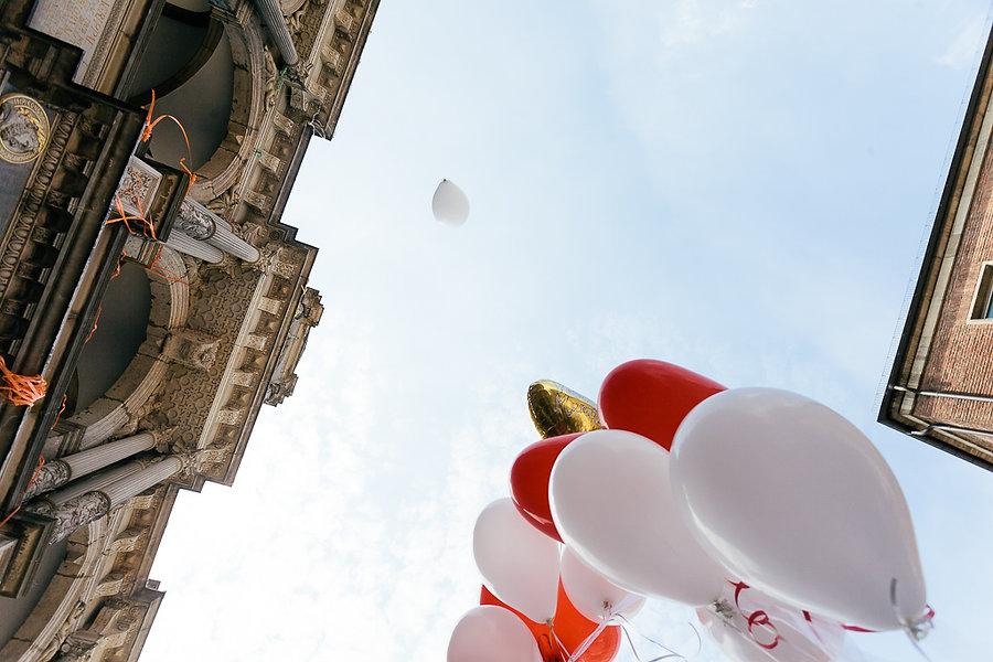 Ballons steigen in die Höhe