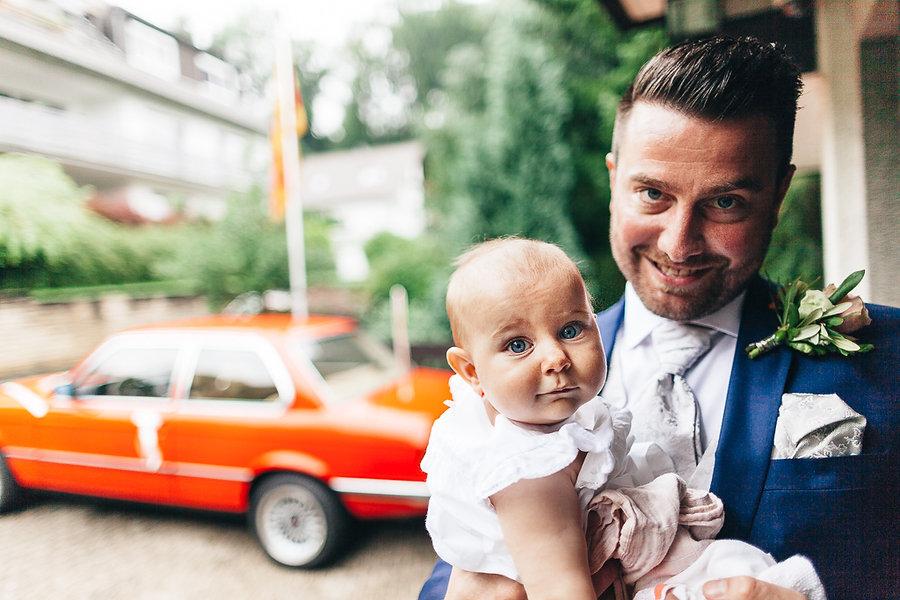 Bräutigam und Baby