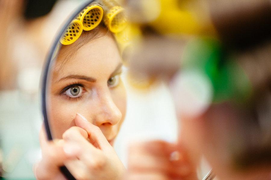 Braut mit einem Schminkspiegel