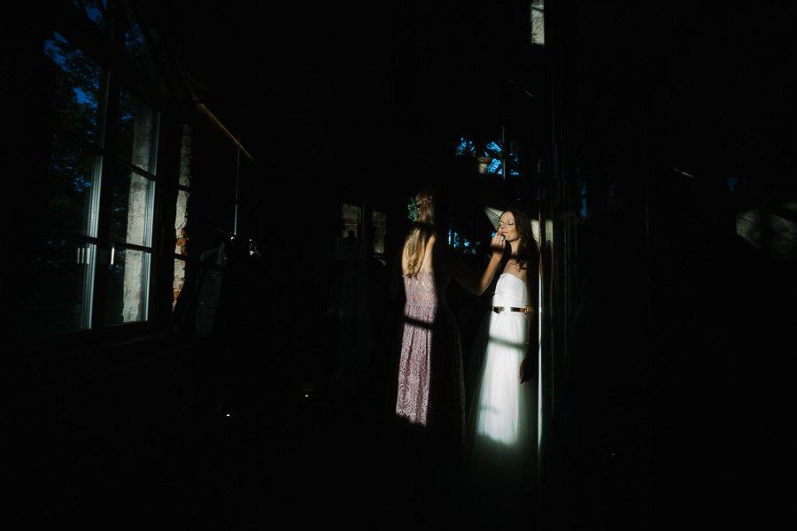 Die Braut wird geschminkt von der Trauzeugin