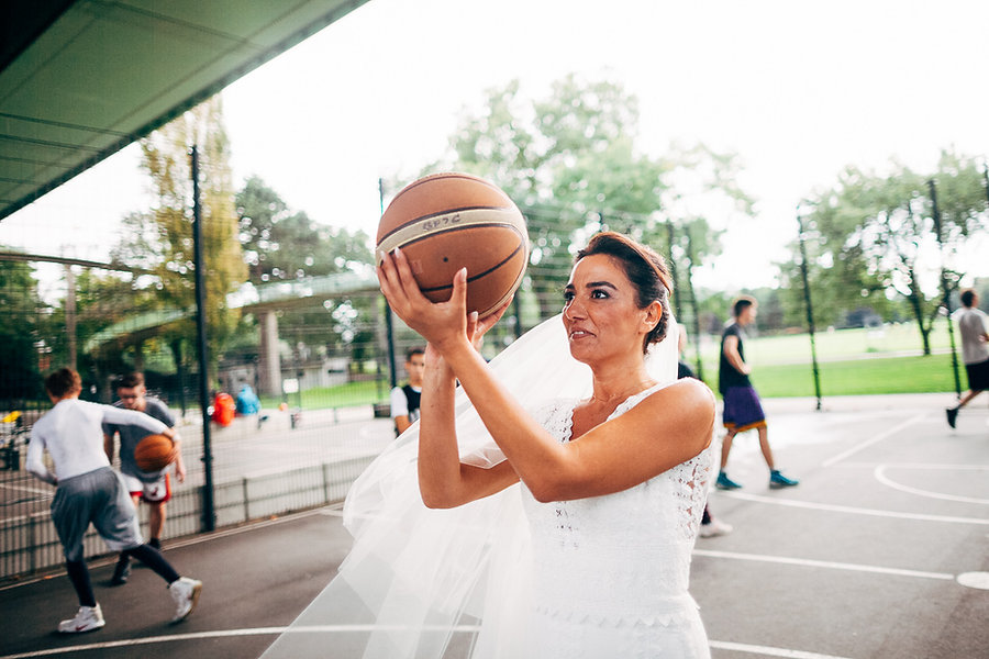 Braut spielt Basketball