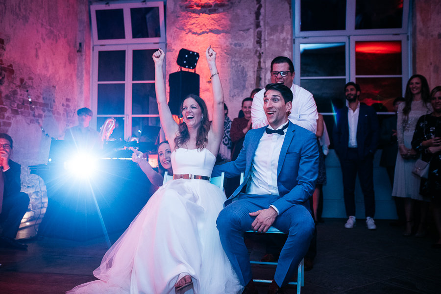 Hochzeitspaar bekommt eine Präsentation gezeigt