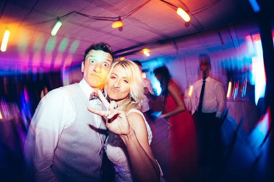 Braut und Bräutigam albern auf der Hochzeit