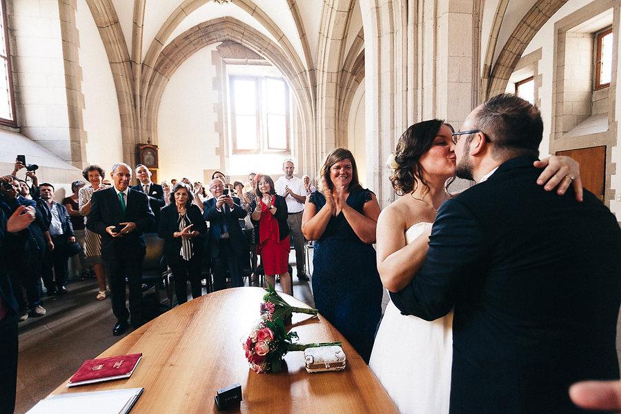 Hochzeitskuss im Standesamt