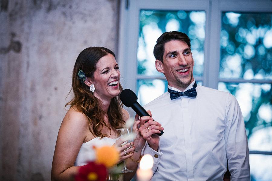 Brautpaar berichtet etwas auf der Hochzeit