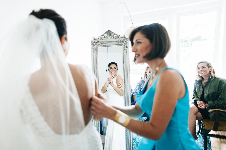 Braut im Brautkleid mit ihren Freundinnen