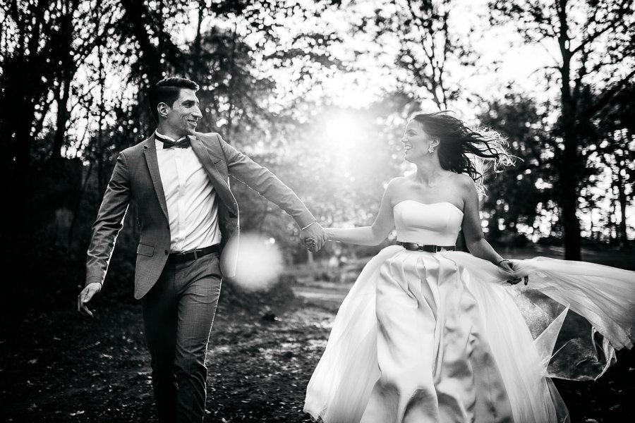 Brautpaar ganz verliebt Hand in Hand