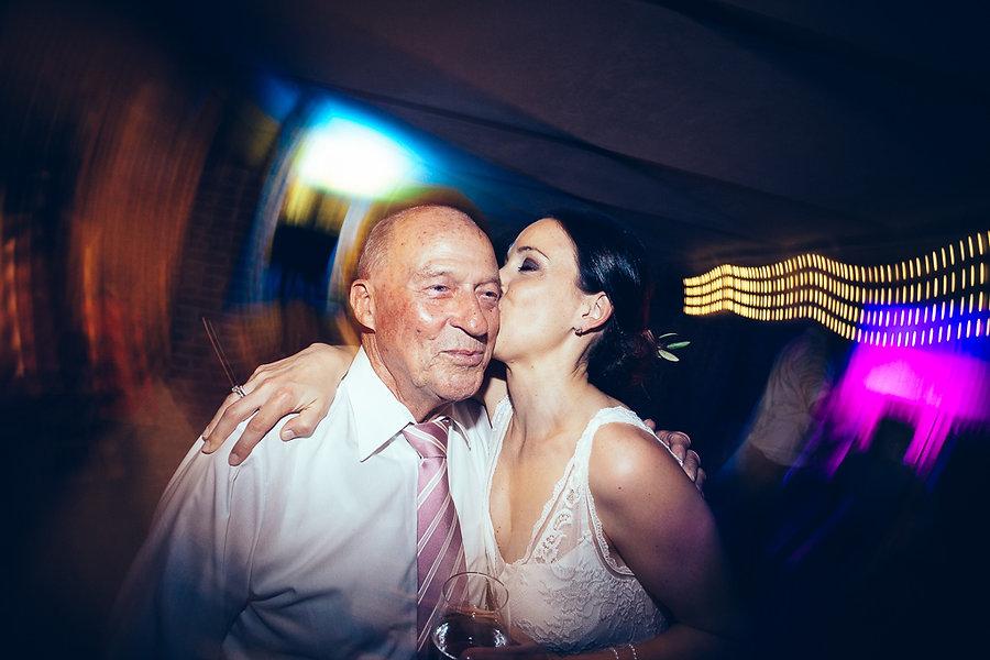Braut mit Opa auf der Hochzeit