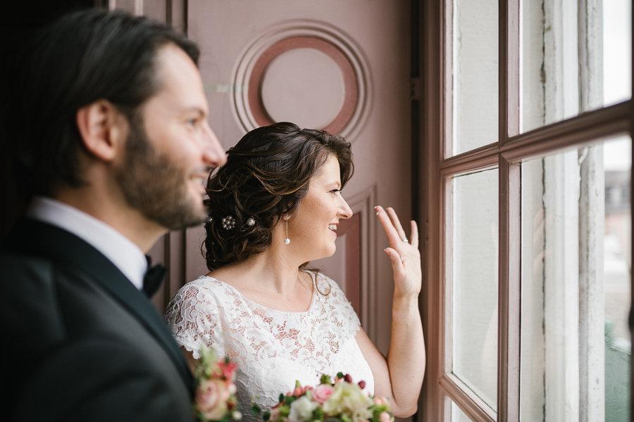 Hochzeitspaar am Fenster