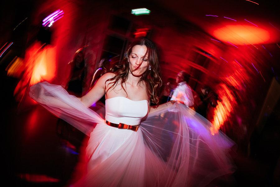 Braut tanz augelassen auf der Hochzeit