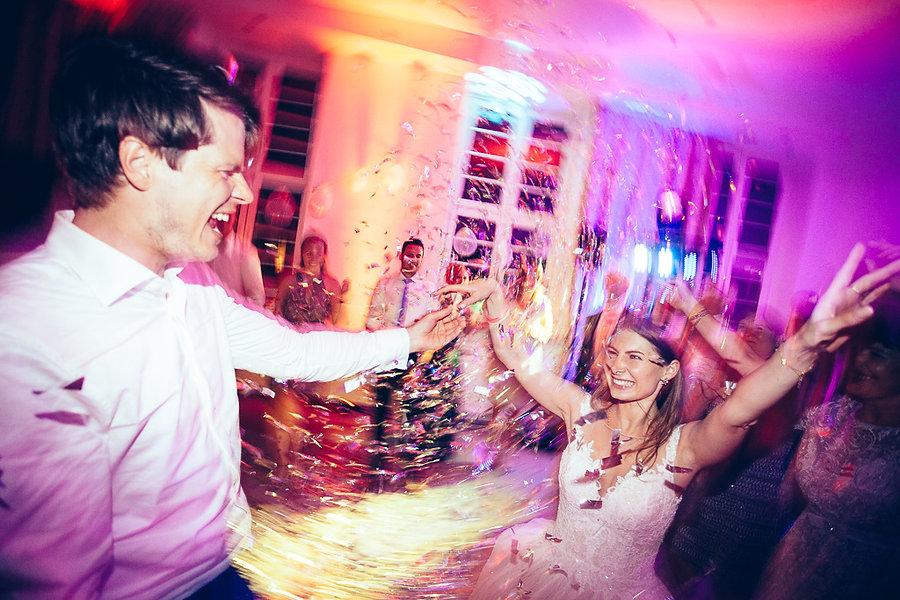 Ein feierndes Hochzeitspaar
