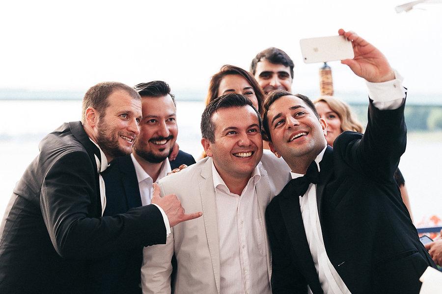 Hochzeitsgäste machen Selfie