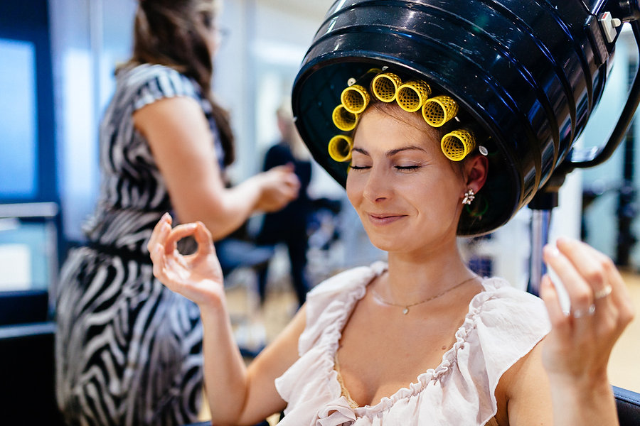 Braut meditiert beim Friseur