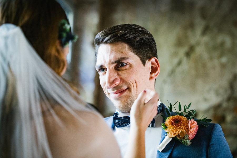 Der Bräutigam ist gerührt beim Ja-Wort