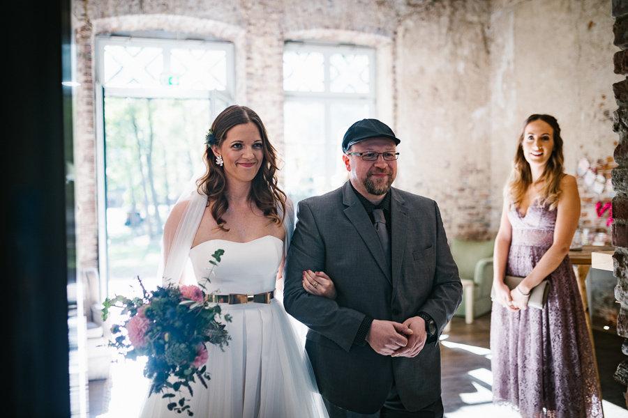 Die hübsche Braut triff bei der Trauung ein
