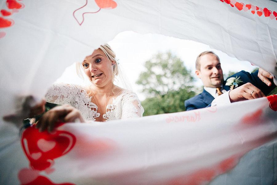 Hochzeitspaar zerschneidet Herz