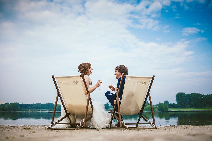 Brautpaar am See in Stühlen