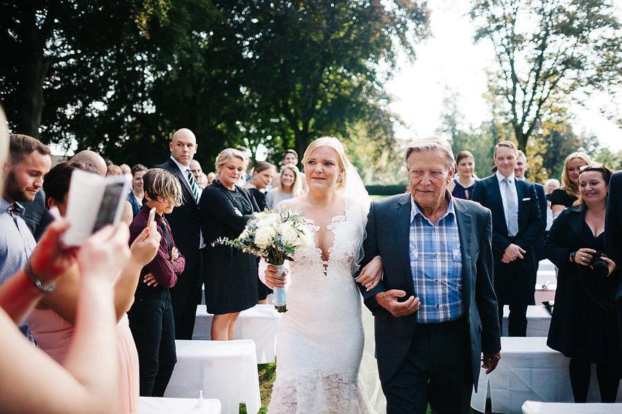 Braut läuft ein mit Ihrem Großvater