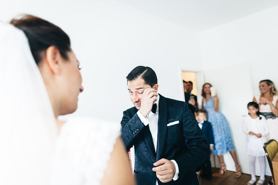 Bräutigam weint, als er die Braut sieht