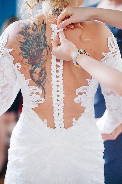 Brautkleid mit Tattoo