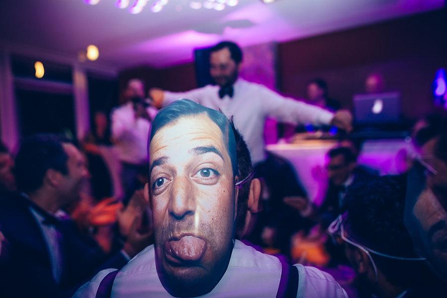 Lustige Maske des Bräutigam auf der Hochzeit