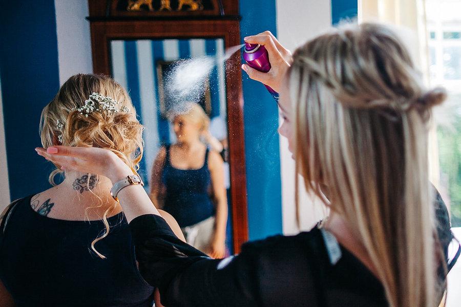 Haarspray beim Fertigmachen der Braut