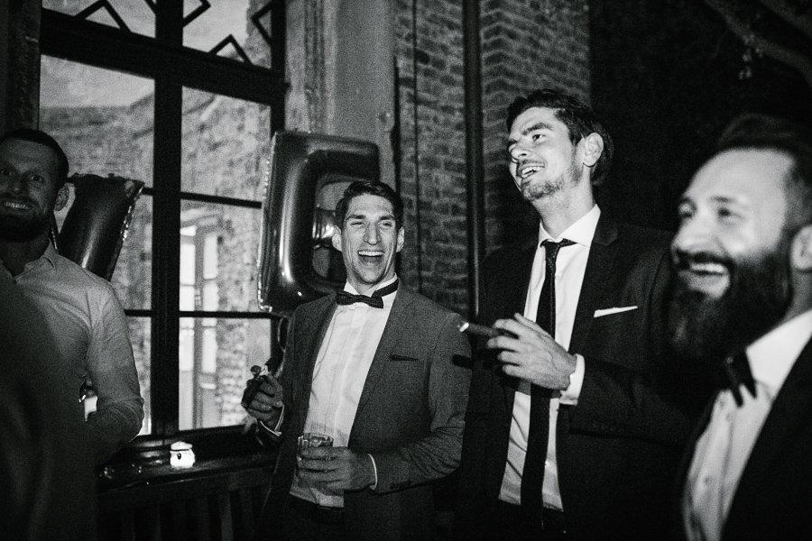 Männer rauchen Zigarren