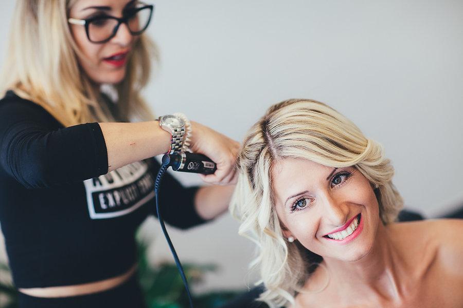 Braut bekommt die Haare gemacht