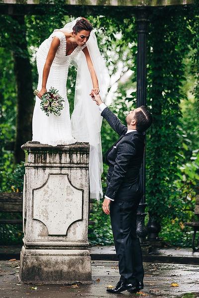 Bräutigam stellt Braut auf ein Podest