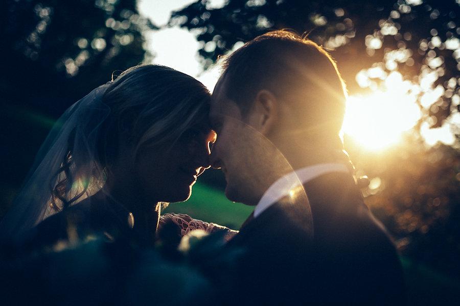 Hochzeitspaar im Gegenlicht beim Brautpaarshooting