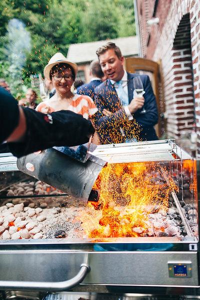 Heiße Kohle beim Grillen auf der Hochzeitsfeier