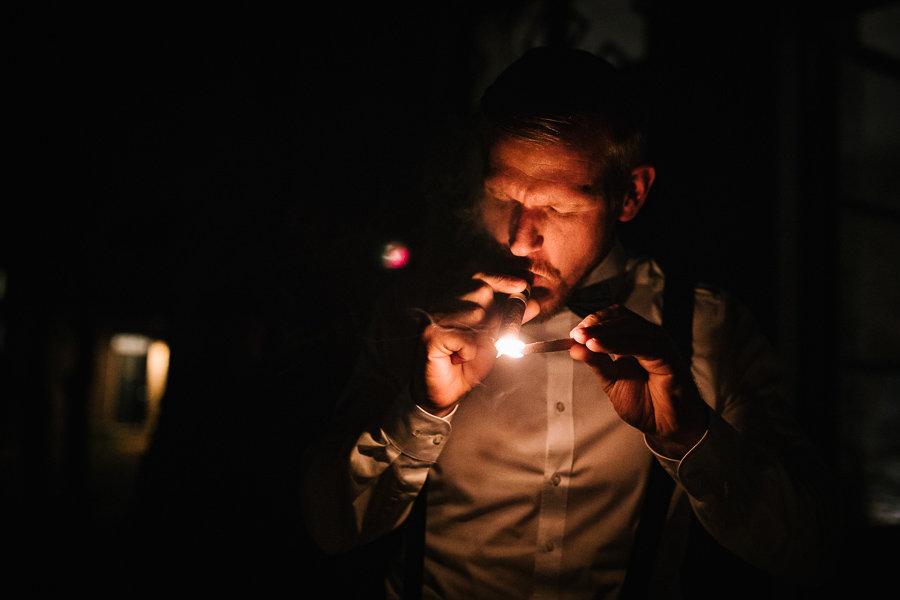 Männer rauchen Zigarre auf der Hochzeit