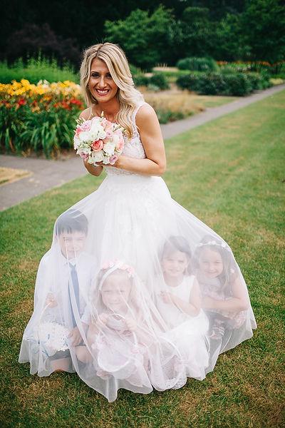 Braut mit Kinder unter dem Kleid