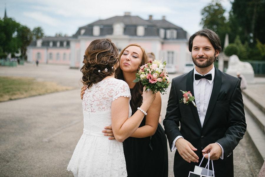 Hochzeitspaar wird begrüßt von eine Gast