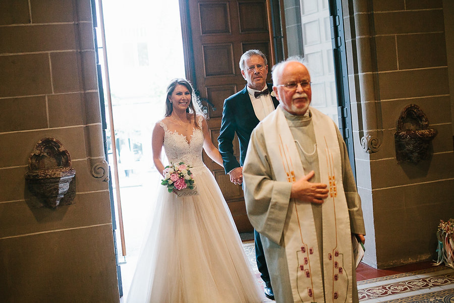 Braut kommt in die Kirche