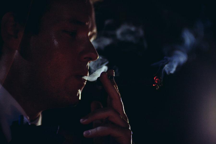 Zigarre wird geraucht auf der Hochzeit